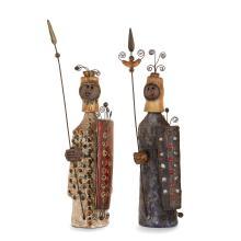 RAPHAËL GIAROUSSU (XXe) Deux sculptures anthropomorphes en terre chamottée, 1966, représentant deux soldats, vêtements estampés en...