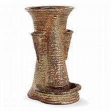 VASSIL IVANOFF (1897-1973) Vase anthropomorphe en grès, corps diabolo figurant un visage, bouche, nez et yeux stylisés en relief,...
