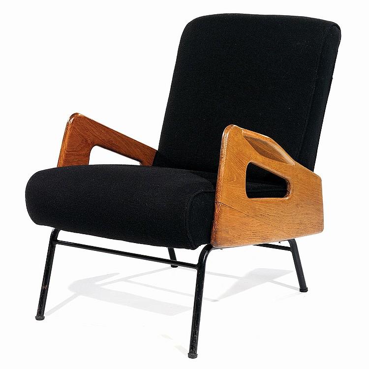ANNÉES 50 Fauteuil à structure métallique tubulaire laquée noir, parements latéraux en chêne découpé bordé de manchettes, assise r...