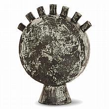 JACQUES BLIN (1920-1995) Vase en faïence, corps formant large disque sur base tronconique, sept cols cylindriques rayonnants, déco...
