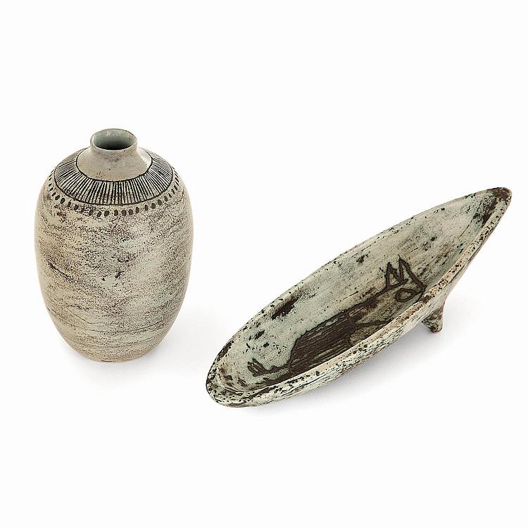 JACQUES BLIN (1920-1995) Suite de deux pièces en faïence: un vase ovoïde à décor d'une frise scarifiée et une coupe allongée à déc...