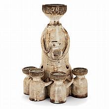 JACQUES POUCHAIN (1925-2015) Sculpture anthropomorphe en terre chamottée représentant une femme à l''oiseau et quatre fillettes for...