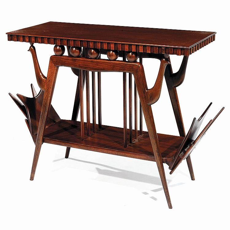 GIUSEPPE ANZANI (XXe) Table d'appoint à structure en hêtre teinté, piétement formant arcatures ornées de têtes d'oiseaux en consol...