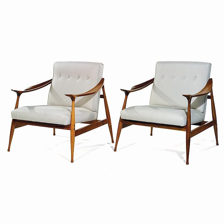 FRATELLI REGUITTI (XXe) Paire de fauteuils en teck, piétement fuselé monté de biais, soutenant des accotoirs zoomorphes profilés e...