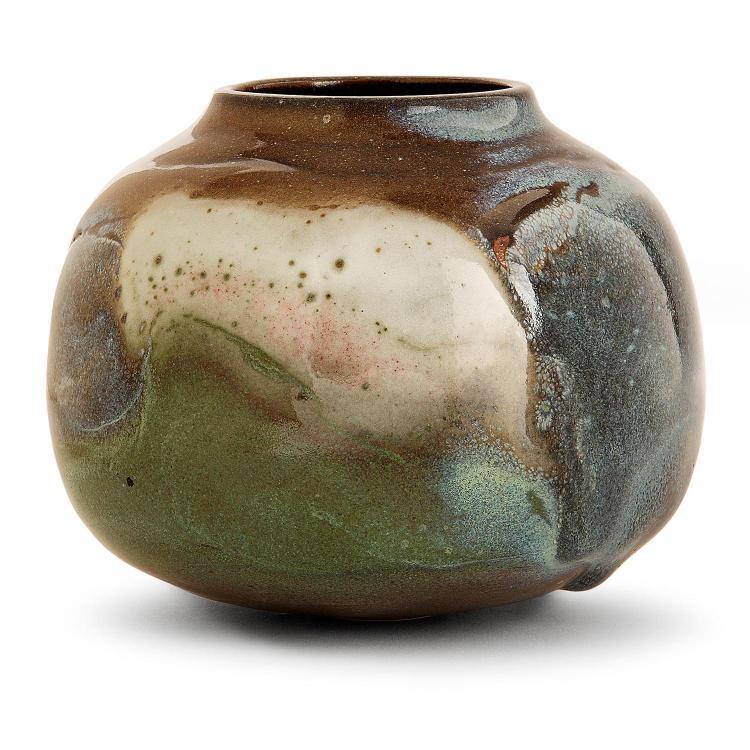 RENÉ BEN LISA (1926-1995) Vase sphérique aplati en grès, coulures d''émaux bleu gris, bruns, rouges, vert beige sur fond brun. Sign...