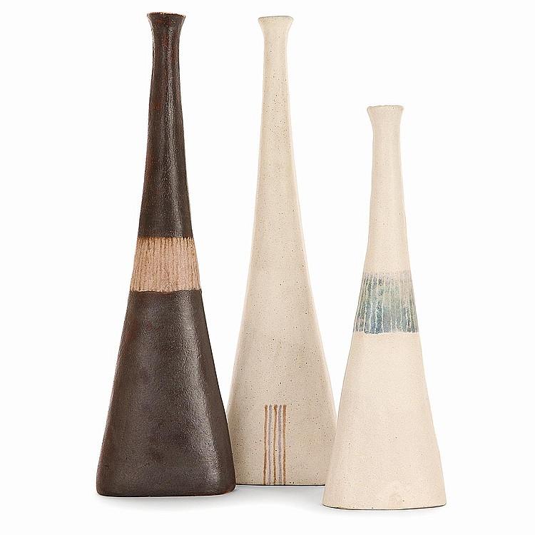 BRUNO GAMBONE (NÉ EN 1936) Suite de trois bouteilles en grès à corps triangulé méplat, l'une décorée au centre de lignes brunes su...