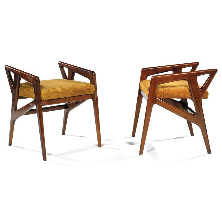 GIO PONTI (1891-1979)Paire de sièges à structure zoomorphe en frêne verni, formant architecture latérale triangulée, assise recouver...