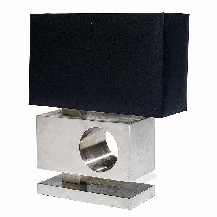 ANNÉES 70 Lampe de salon à structure en acier présentant un parallélépipède évidé d'un cylindre, terrasse rectangulaire, abat-jour...