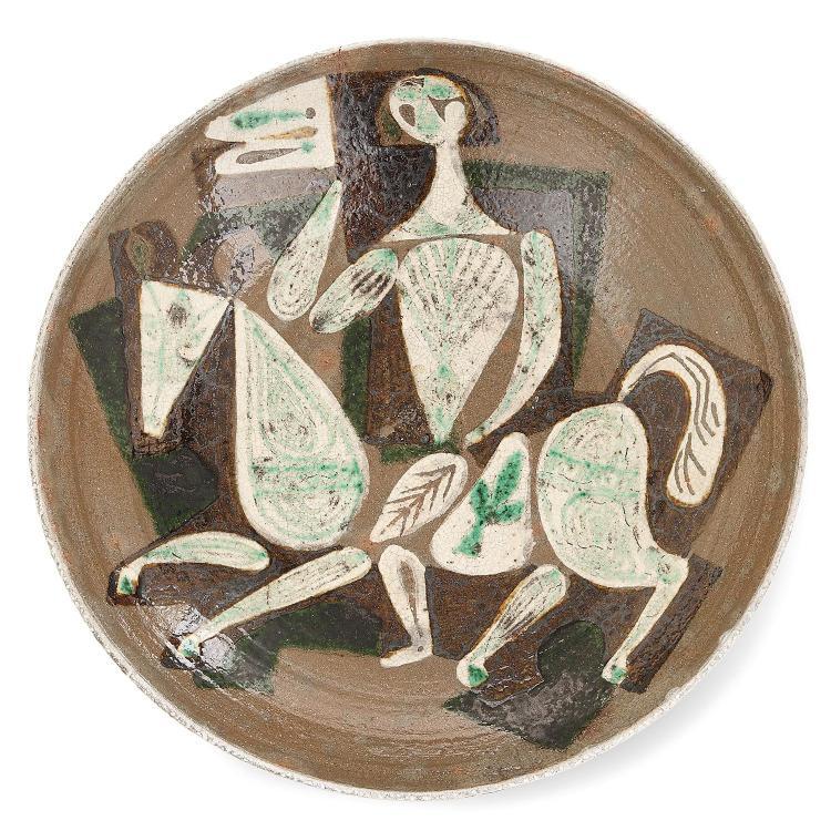 JEAN DERVAL (1925-2010) Grande coupe creuse en terre chamottée, circa 1955, décor émaillé polychrome et glaçuré d''un cavalier médi...