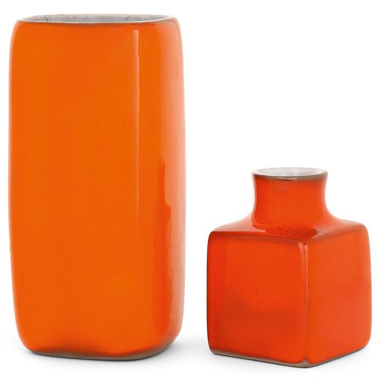JACQUES (1926-2008) ET DANI (1933-2010) RUELLAND Deux vases en terre grise au manganèse, l'un à corps cubique et col évasé, l'autr...