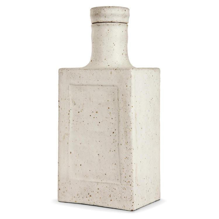 BRUNO GAMBONE (NÉ EN 1936) Flacon parallélépipédique en grès chamotté, émail blanc cassé jaspé de brun. Signature émaillée