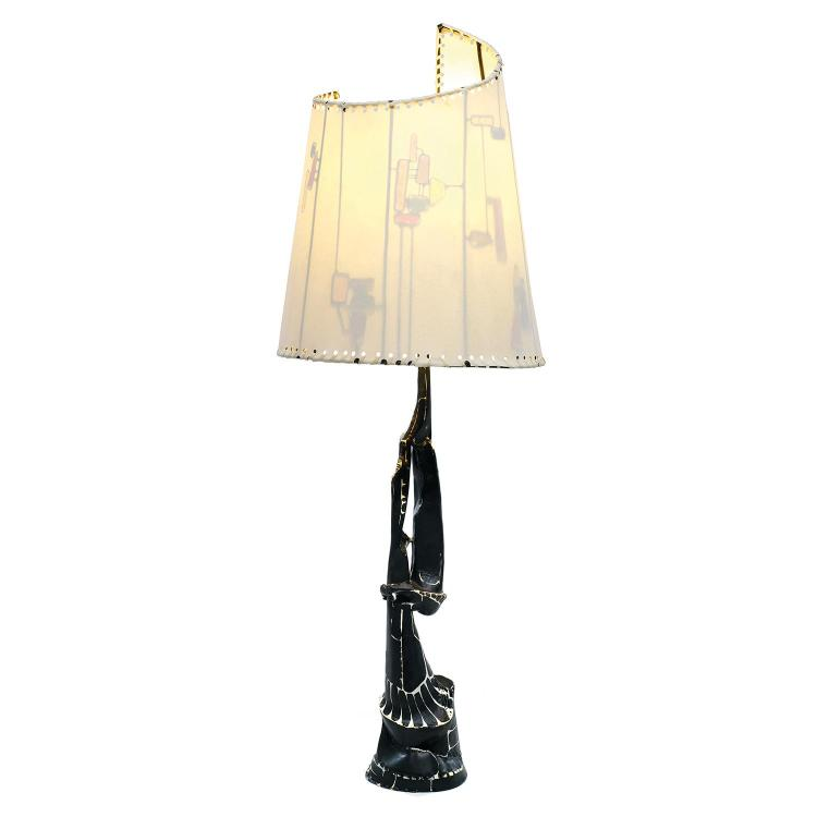 NICOLAS THÉVENIN (NÉ EN 1966) Lampe sculpture à structure en métal martelé, corps mouvementé et ajouré laqué noir nervuré de blanc...