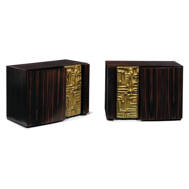 LUCIANO FRIGERIO (1928-1999)Paire de bouts de canapé pouvant former chevets, à structure parallélépipédique en placage d''ébène de Ma...