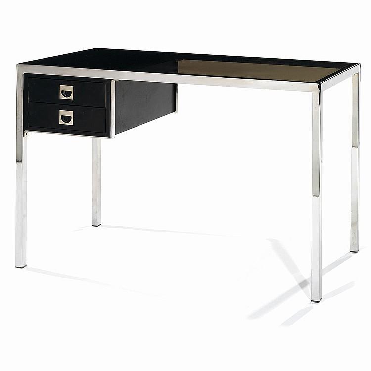 GUY LEFÈVRE (ATTRIBUÉ À) Petit bureau, piétement gaine en métal chromé de section carrée, plateau en verre fumé, caisson latéral o...