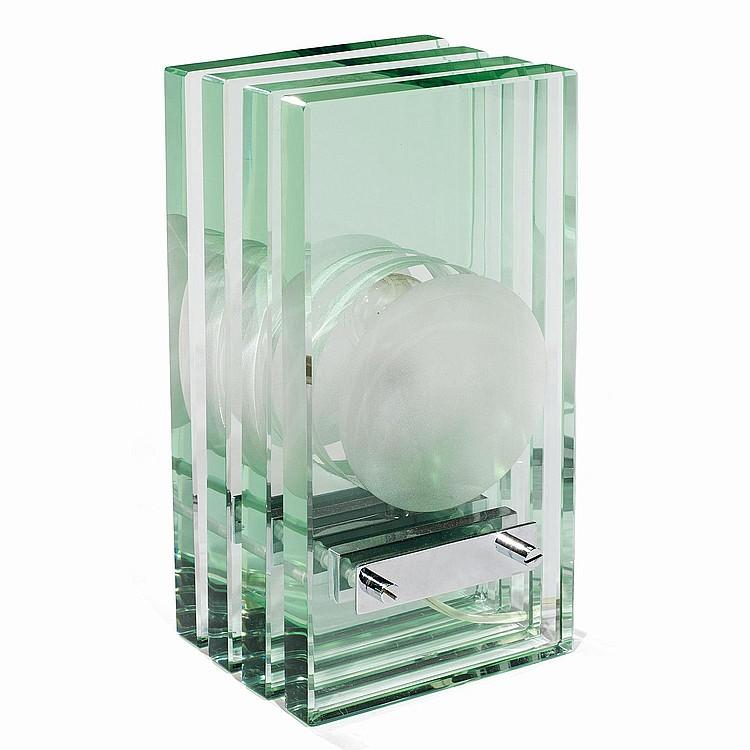 GIORGIO REGGIORI (XXe) Lampe à poser formée de quatre lames de verre, appareillage en métal chromé. A glass and chromed metal la...