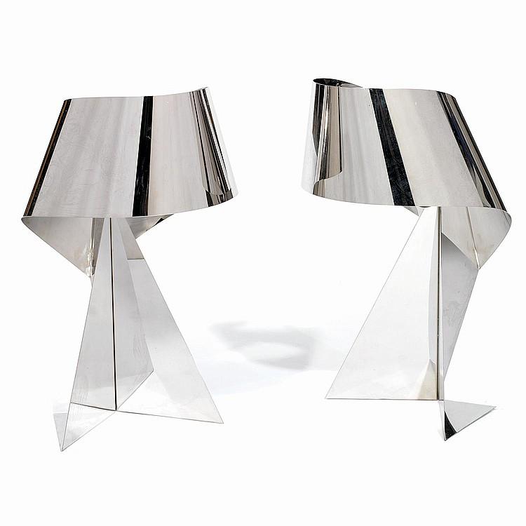 ANNÉES 70 Paire de lampes en acier poli formé d'une lame pliée d'un seul tenant. A pair of polished steel lamps. H 48,5 X L 29...