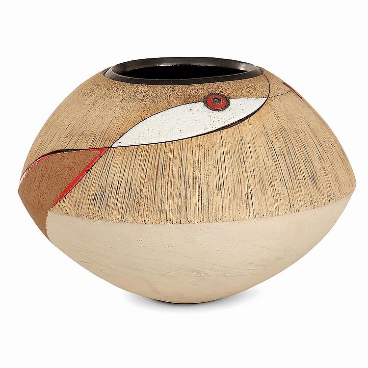 ANDILE DYALVANE (NÉ EN 1978) Vase sphérique aplati en terre chamottée, circa 2010, décorincisé et scarifié de motifs géométriques,...