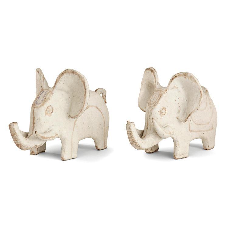 BRUNO GAMBONE (NÉ EN 1936) Suite de deux éléphants en grès, rehauts bruns, violets et verts sur fond blanc cassé. Signature émaill...