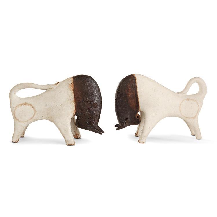 BRUNO GAMBONE (NÉ EN 1936)Suite de deux taureaux en grès, têtes émaillées brun, rehauts ocre sur fond blanc cassé. Signature émaillé...