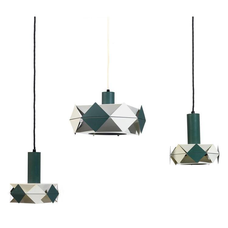 PREBEN DAHL (1929-1980)Suite de trois suspensions à structure géométrique métallique, hampe cylindrique, laquée gris et blanc.A set ...