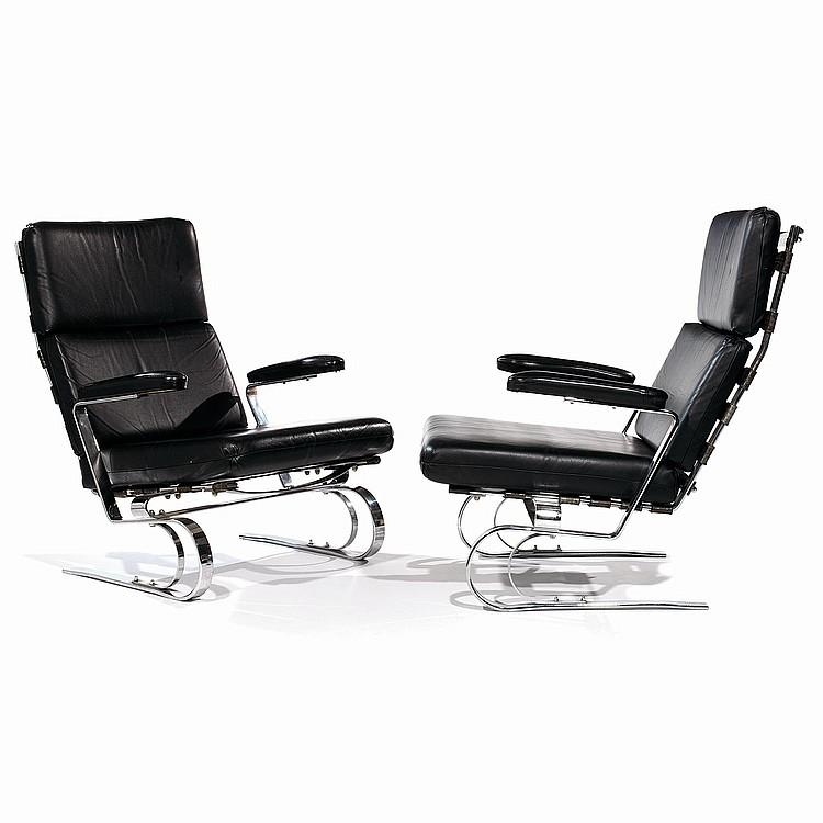 ANNÉES 60 Paire de grands fauteuils à structure en lames d'acier chromé, piétement zoomorphe souligné d'arcatures, dossier tendu d...
