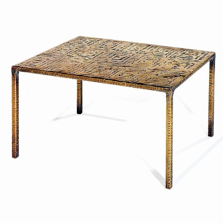 COSTA COULENTIANOS (1918-19958) Table basse en métal façonné à chaud de motifs en laiton. A metal and brass coffee table. H 32...