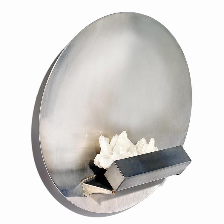 MARIA PERGAY (NÉE EN 1930) Applique formée d'une coupole en acier accueillant une tablette lumineuse sur laquelle est fixée un cri...