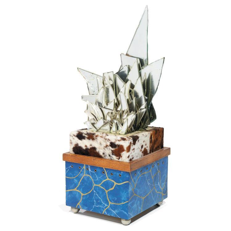 PUCCI DE ROSSI (1947-2013) Spectaculaire lampe, haute base carrée laquée faux marbre reposant sur des sphères en aluminium, d'où s...