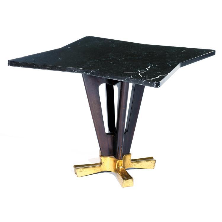 ANNÉES 50Table basse, piétement étoilé en bronze d'où s'élèvent deux montants trapézoïdaux en frêne teinté acajou, plateau à découpe...