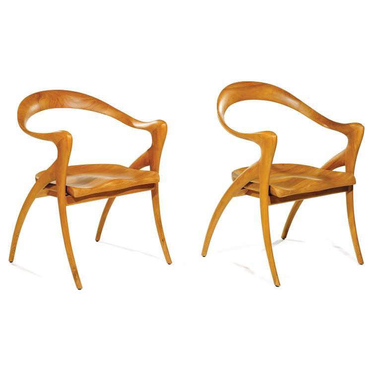OLIVIER DE SCHRIJVER (NÉ EN 1958)Paire de grands fauteuils zoomorphes en teck, assise galbée.A pair of zoomorphic teak armchairs.H 8...