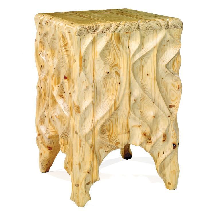 GEOFFROY NICOLET (NÉ EN 1983)Haute sellette formée d'éléments en mélèze naturel sculpté main de motifs ondés. Signature d'un cachet ...