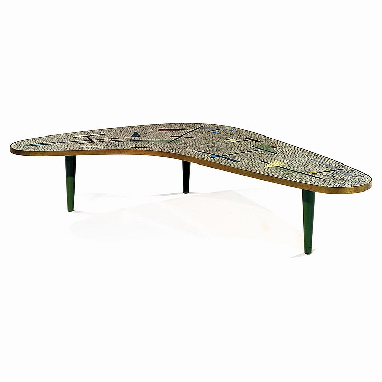 ANNÉES 60 Table basse de forme libre, plateau à décor géométrique en mosaïque polychrome sur âme en bois, piétement tripode fuselé...