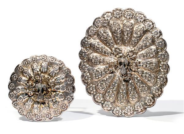 Deux petits miroirs gyptiens polylob es de forme ovale et - Guirlandes de fleurs ...