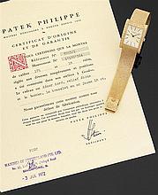 PATEK PHILIPPE Réf. 3553/1, VERS 1972 Montre bracelet en or jaune satiné avec boîtier rectangulaire. Cadran or jaune guilloché