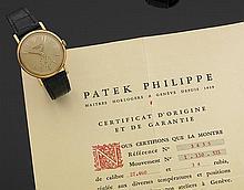 PATEK PHILIPPE CALATRAVA. Réf. 3435, VERS 1961 Montre bracelet avec boîtier rond godronné en or jaune. Cadran argenté patiné avec in...