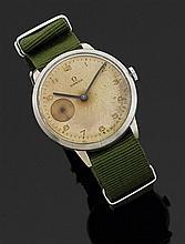 OMÉGA ANNéES 40 Large montre bracelet avec boîtier rond en acier. Cadran argenté et patiné avec index chiffres arabes peints, gradua...