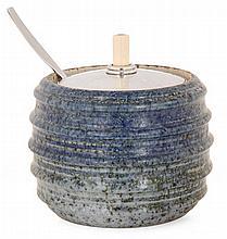 Bode WiILLUMSEN (1895-1989) - Hans HANSEN (orfèvre) Pot à confiture en grès, 1937, corps cylindrique côtelé émaillé bleu jaspé, couv...