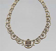 Années 1900 Collier draperie en or vert 18K à décor de guirlandes et palmettes ciselées. Au centre un motif rectangulaire émaillé br...