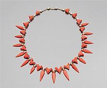 Années 1850 Collier corail Il est en forme de collier draperie formé d'une suite d'amphores et de têtes de béliers en corail sculpté