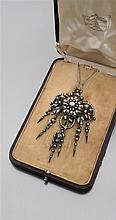 René BOIVIN Années 1890 Broche Pendentif églantine Elle porte au centre une églantine sur un bouquet de feuillage retenant cinq long...