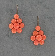 PAIRE DE PENDANTS D'OREILLES  en forme de fleur composée de boules de corail.