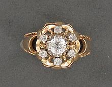 BAGUE ENTOURAGE  en or rose 18K ornée de diamants taille ancienne sertis en chatons à griffes sur platine dont celui du centre pesant environ 0,45 carat.