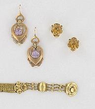 LOT comprenant :  2 PAIRES DE PENDANTS D'OREILLES, l'une en forme de coeur ornée d'améthystes et de petites perles. Dimensions : 5 x 2 cm