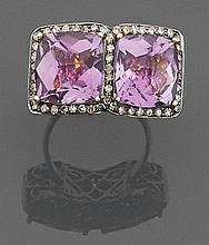 BAGUE  en argent et or 14K, ornée de deux améthystes carrées facettées et entourées de petits diamants.