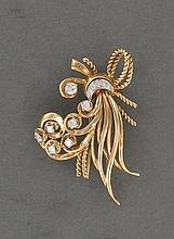 BROCHE GERBE   stylisée en or rose 18K agrémentée de petits diamants sertis en chatons à griffes. Système double épingle.