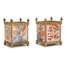 PAIRE DE CAISSES À FLEURS CARRÉES EN PORCELAINE DE CHINE DU XVIIIeSIÈCLE