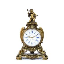 CARTEL À POSER, VERS 1900de forme mouvementée en bronze. Le cadran rond en émail blanc avec index à chiffres romains pour les heures...