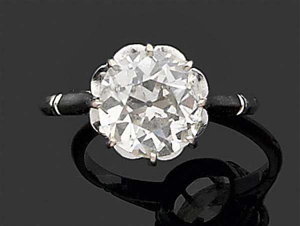 Bague solitaire en or gris, sertie d'un diamant taille brillant (TA) en chaton à griffes. Poids brut : 4,1 gr. Dimensions du diamant...