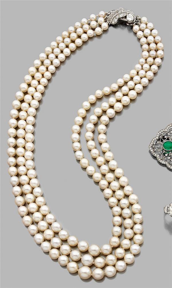 COLLIER de perles de culture composé de deux rangs disposés en chute. Fermoir en or gris en forme de feuille stylisée sertie de diam...