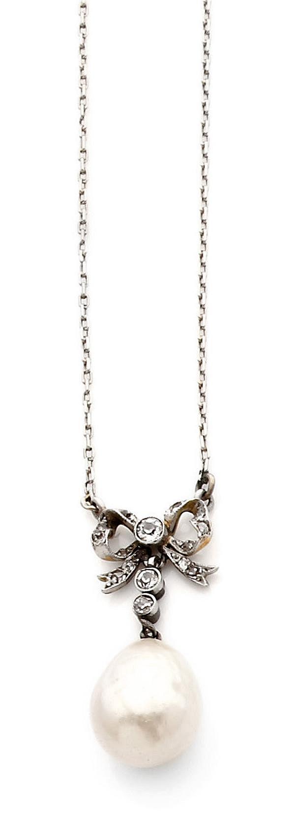 Pendentif perle fine en or et argent. Il porte une perle fine (non testée) de forme poire retenue par un motif en nœud de ruban sert...